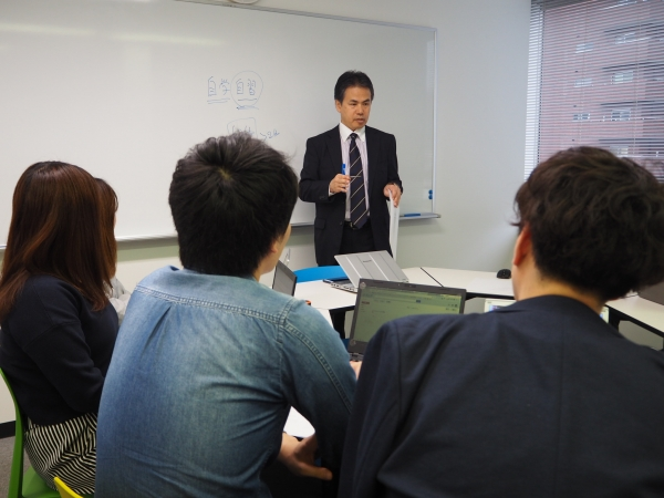 新人研修の講師と参加者